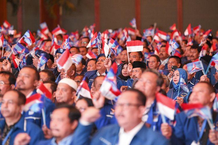 Peserta pembekalan Anggota Legislatif Partai Demokrat menyanyikan lagu mars Partai Demokrat saat pembukaan pembekalan Anggota Legislatif Partai Demokrat   di Jakarta Convention Center (JCC) Senayan, Jakarta, Selasa (10/9/2019). Acara tersebut diikuti anngota DPR dan DPRD Provinsi/Kab/Kota se-Indonesia periode 2019-2024. ANTARA FOTO/Nova Wahyudi/aww.
