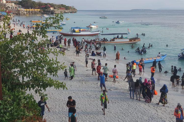 Suasana wisatawan menikmati keindahan Pantai Bira, Kabupaten Bulukumba,  Sulawesi Selatan, beberapa hari yang lalu.