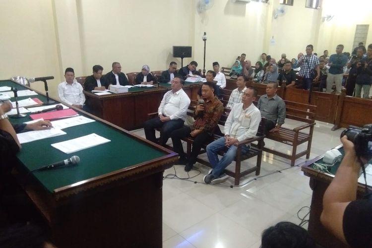 Bupati (non aktif) Lampung Utara, Agung Ilmu Mangkunegara (tengah, berbatik) menjadi saksi di Pengadilan Tipikor Tanjung Karang, Senin (20/1/2020). Agung menyebutkan uang suap fee proyek sebesar Rp200 juta yang ditemukan KPK dalam OTT adalah uang hasil penjualan tanah.