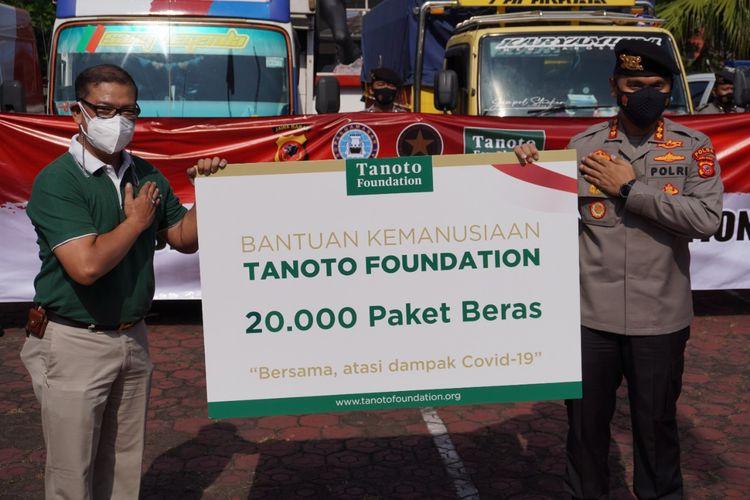Penyerahan bantuan beras dari Tanoto FOundation