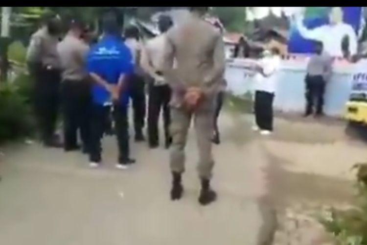 Mantan anggota DPR RI asal Sumbar marah-marah pada polisi dan Satpol PP yang ingin membubarkan acara pembagian sembako. Acara pembagian sembakonya dinilai melanggar aturan PSBB di Sumbar, Kamis (30/4/2020).