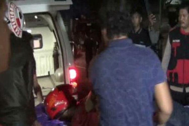 Ugal-ugalan seorang remaja menabrak truk terparkir hingga ia terlempar cukup jauh dari lokasi kejadian. Korban tewas di tempat kejadian setelah membentur aspal.