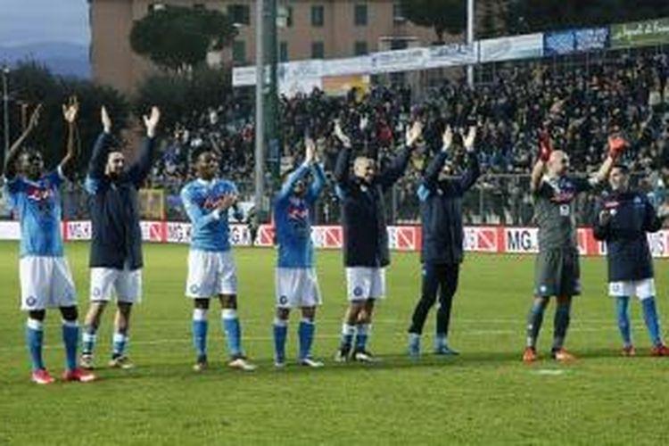 Para pemain Napoli membalas dukungan fans seusai kemenangan 5-1 atas Frosinone di Stadion Matusa, Minggu (10/1/2016).