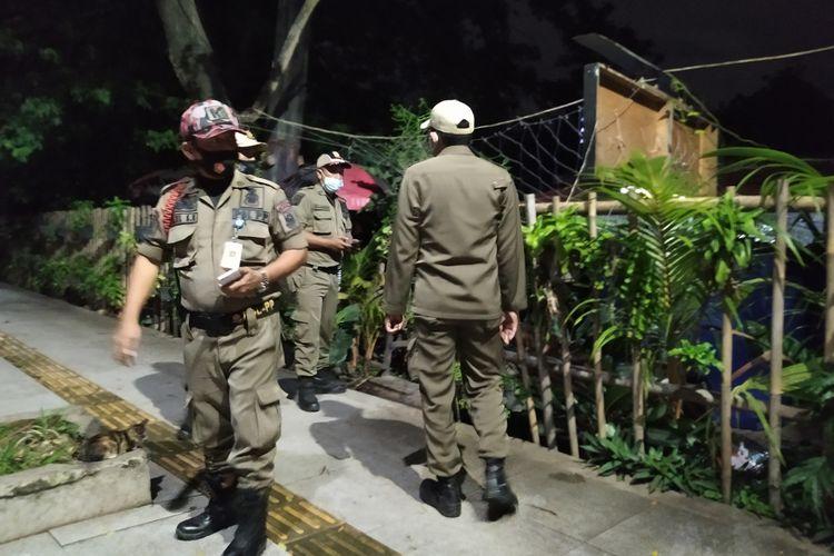 Petugas Satpol PP yang melakukan penyisiran di sisi barat Pusat Pemerintahan Kota Tangerang pada hari pertama penerapam PPKM, Senin (11/1/2021) malam.