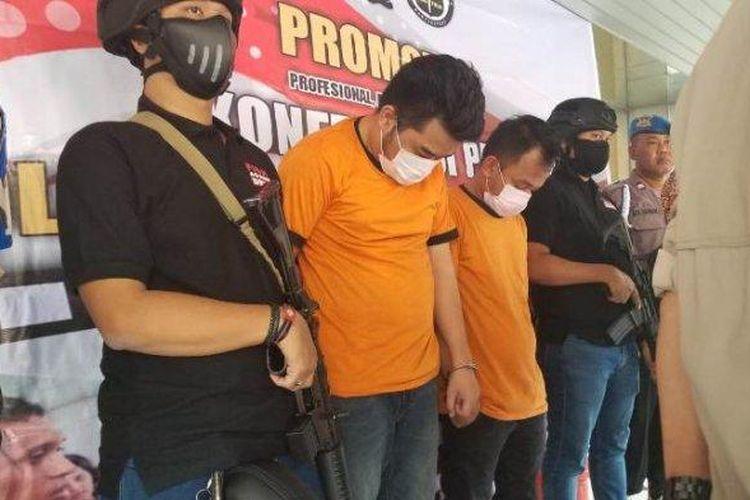 RN dan DN, dua stand up comedy artist (komika), dihadirkan dalam jumpa pers di Mapolrestro Tangerang Kota, Jumat (30/8/2019). Mereka tertangkap polisi setelah diduga memiliki narkotika jenis sabu ketika diamankan di sebuah rumah kos di Salemba, Jakarta Pusat, 25 Agustus 2019.