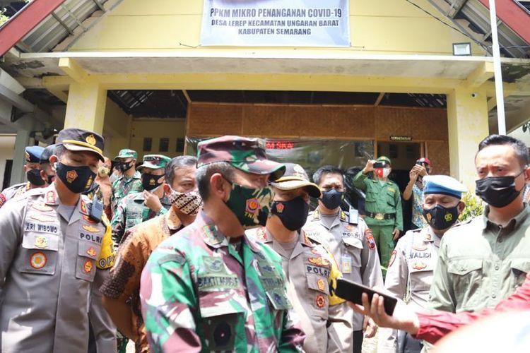 Kapolda Jateng Irjen Ahmad Luthfi dan Pangdam IV/Diponegoro Mayjend Bhakti Agus Fadjari usai meninjau posko PPKM.