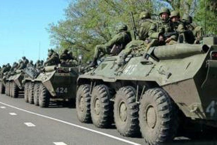 Iring-iringan kendaraan tempur Rusia di luar kota Belgorod.