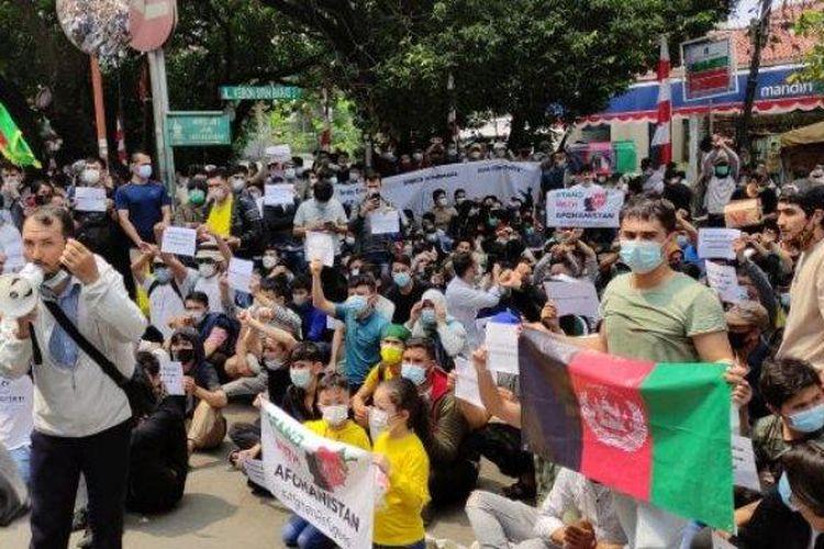 Para pengungsi Afghanistan menggelar unjuk rasa di depan gedung UNHCR,  Kebon Sirih, Menteng, Jakarta Pusat, Selasa (24/8/2021).