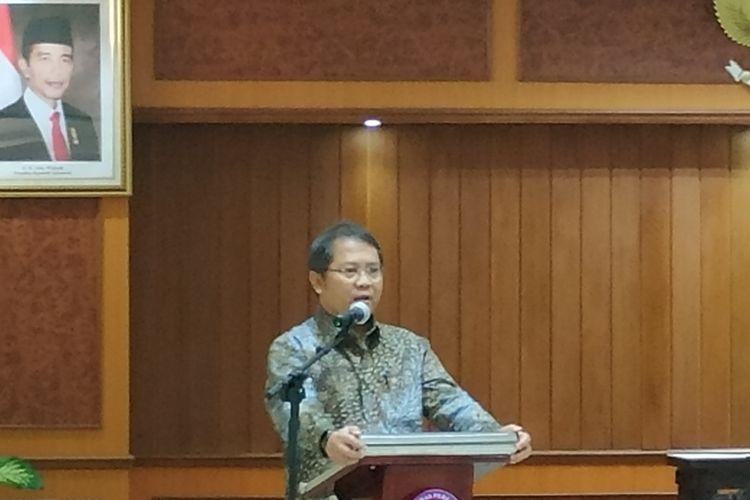 Menteri Komunikasi dan Informatika (Kominfo) Rudiantara (kiri) memberikan keterangan kepada awak media di Kantor KPPU, Jakarta, Rabu (2/9/2019).