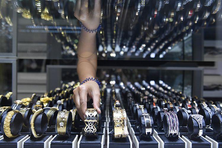 Pekerja menata perhiasan emas yang dijual di Cikini Gold Center, Jakarta, Senin (27/7/2020). Harga emas batangan PT Aneka Tambang (Persero) Tbk pada Selasa (28/7/2020) berada di angka Rp 1.022.000 per gram, posisi tertinggi sepanjang masa emas Antam diperjualbelikan.