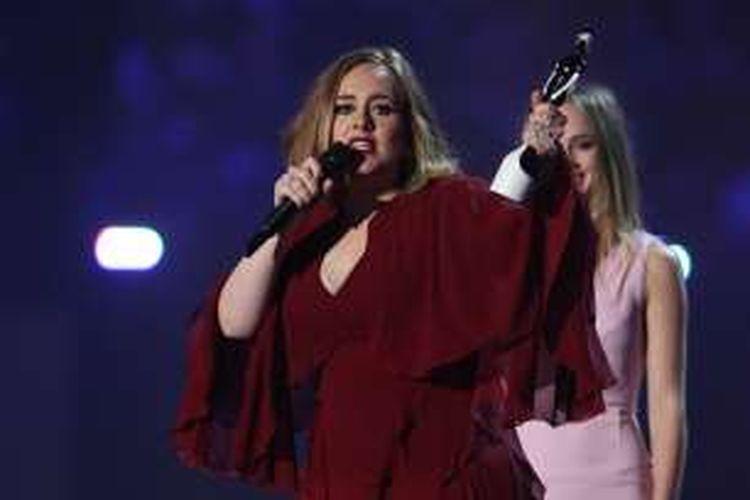 Penyanyi Inggris Adele menerima penghargaan dalam BRIT Awards 2016 di London, pada 24 Februari 2016.