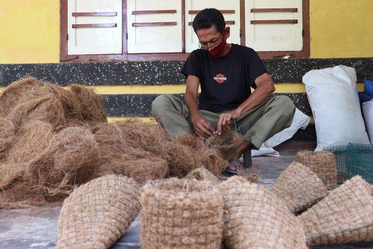 Agus Winarno memanfaatkan sabut kelapa sebagai pot untuk media tanam. Di rumahnya, di Desa Kedungturi, Kecamatan Gudo, Jombang, Jawa Timur, bapak 1 anak itu juga membuat cocopeat dan cocofiber sebagai media tanam.