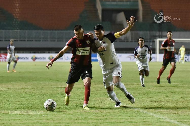 Penyerang Persipura Jayapura Yevhen Bokhashvili diganggu pemain Persita Tangerang Agung Prasetya pada laga kedua Liga 1 2021-2022 yang berakhir dengan skor 2-1 di Stadion Pakansari Bogir, Sabtu 928/8/2021) malam.