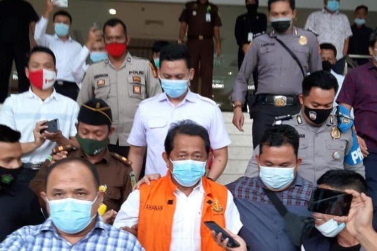 Sekdaprov Riau Yan Prana Ditahan Kejaksaan setelah menjalani pemeriksaan selama 5 jam di gedung Kejaksaan Tinggi (Kejati) Riau, Selasa (22/12/2020).