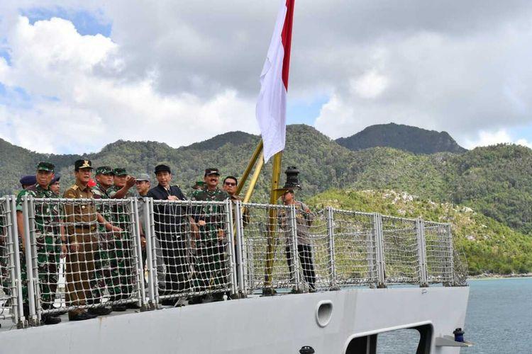 Presiden Joko Widodo memastikan adanya penegakan hukum hak berdaulat Indonesia atas sumber daya alam di Zona Ekonomi Eksklusif (ZEE) di Kabupaten Natuna, Kepri, Rabu (8/1/2020).