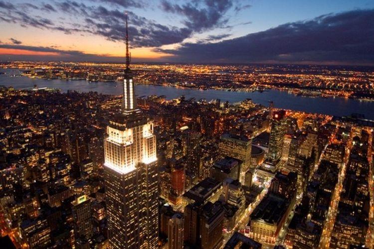 Empire State Building, pencakar langit bersejarah di Amerika Serikat, menarik minat investor. Gedung ini ditaksir senilai 2,1 miliar dollar AS.
