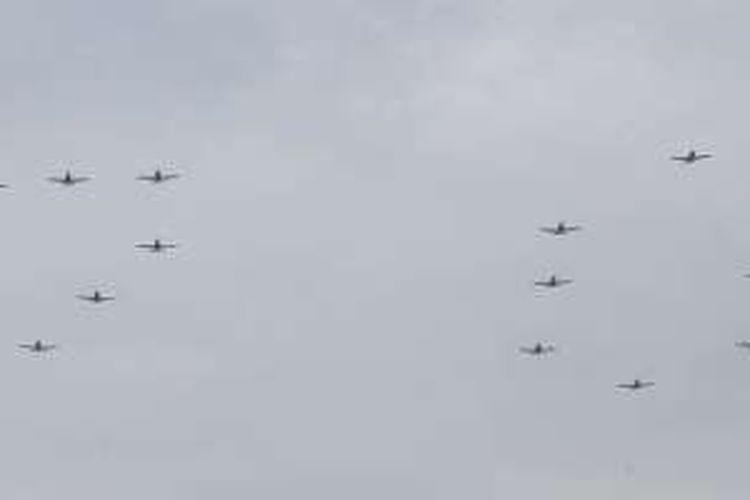 Pesawat latih jenis Grob bermanuver membentuk angka 70 dalam upacara HUT Ke-70 TNI AU di Pangkalan Udara Halim Perdanakusuma, Jakarta, Sabtu (9/4/2016).