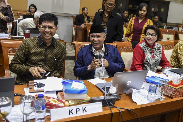 Ketua KPK Agus Rahardjo (tengah) bersama Wakil Ketua KPK Laode M Syarif (kiri) dan Basaria Panjaitan (kanan) bersiap mengikuti rapat dengar pendapat dengan Komisi III DPR di Kompleks Parlemen Senayan, Jakarta, Selasa (12/9/2017). RDP tersebut membahas mekanisme dan tata kerja di Direktorat Pengaduan Masyarakat (Dumas) KPK.
