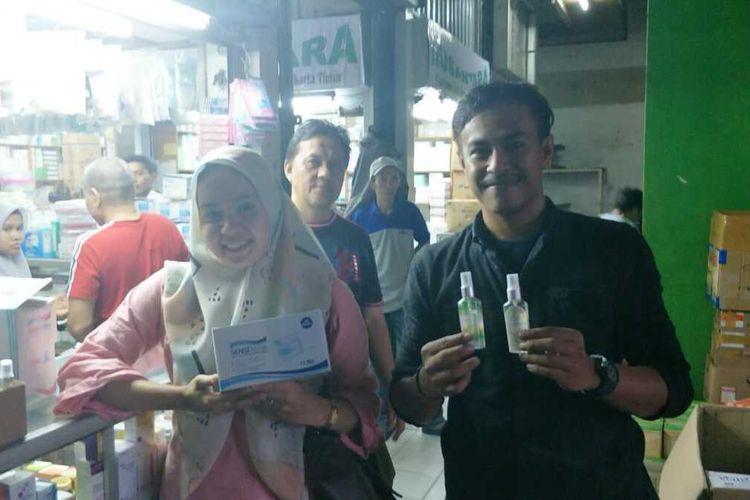 Salah dua penjual perlengkapan medis di Pasar Pramuka, Matraman, Jakarta Timur, Kamis (13/2/2020).