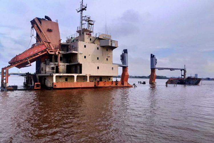 Sebuah kapal kargo bernama Surya Pekik karam di Sungai Kapuas, Pontianak, Kalimantan Barat, Minggu (9/2/2020) sekitar pukul 22.00 WIB.