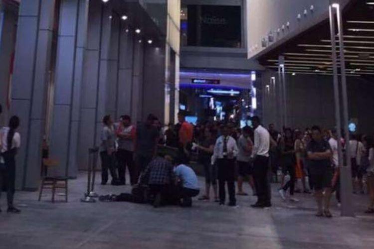 Sejumlah pengunjung Orchard Central, Singapura, berkerumum hendak membantu Jonathan Chow yang jatuh dari jembatan di lantai 4 pusat perbelanjaan tersebut, Jumat (24/2/2017).