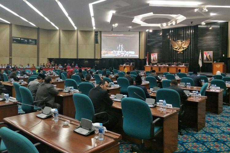 Suasana sidang paripurna pengesahan APBD DKI 2018 di Gedung DPRD DKI Jakarta, Jalan Kebon Sirih, Kamis (30/11/2017).