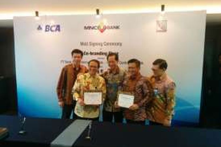 Kerja sama co-branding PT Bank MNC Internasional Tbk bersama dengan PT Bank Central Asia Tbk dan PT Rintis Sejahtera di Jakarta, Rabu (31/8/2016).