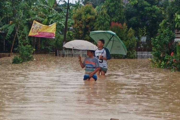 Banjir di Kecamatan Sidareja, Kabupaten Cilacap, Jawa Tengah, Selasa (17/11/2020).
