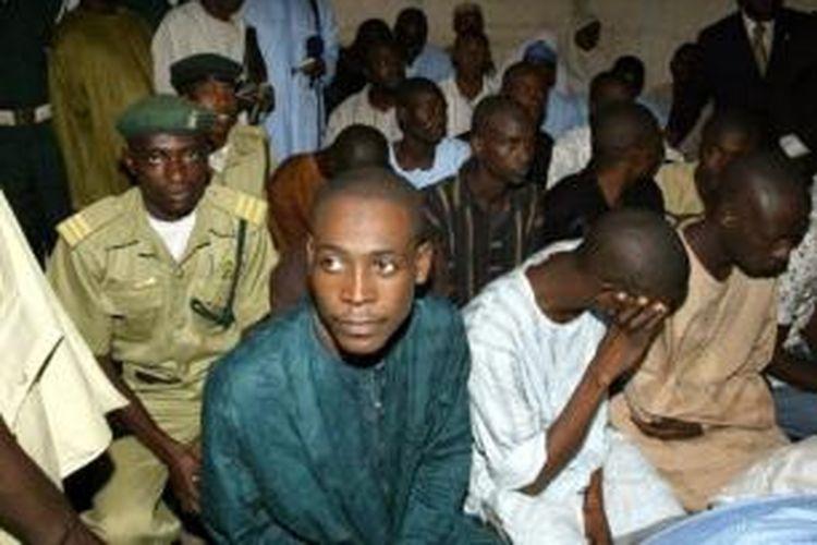 Beginilah suasana sidang kasus homoseksual di pengadilan syariah kota Bauchi, Nigeria, Selasa (21/1/2014). Sidang itu diakhiri kericuhan saat massa melempari para terdakwa menggunakan batu.
