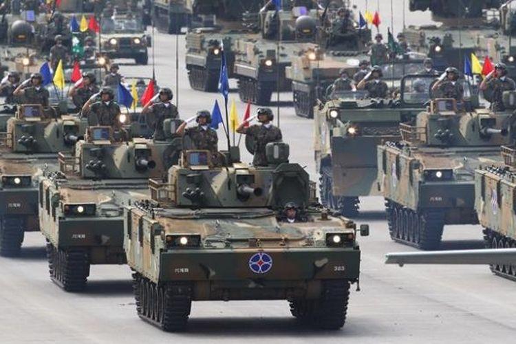Kendaraan lapis baja dan kendaraan pengangkut peluru kendali tampil dalam parade militer memperingati Hari Angkatan Bersenjata Korea Selatan ke-65.
