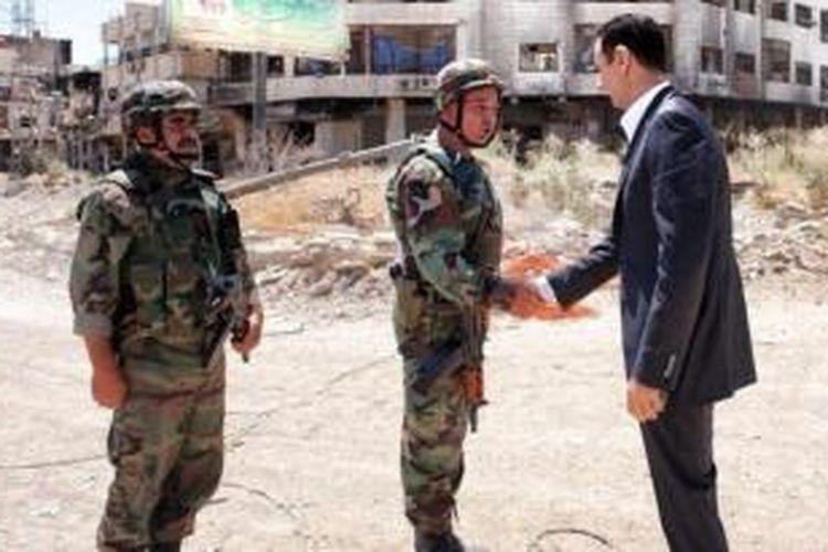 Dalam rangka memperingati hari jadi angkatan bersenjata, Presiden Suriah Bashar al-Assad mengunjungi pasukannya di kota Daraya, di sebelah selatan ibu kota Damaskus.