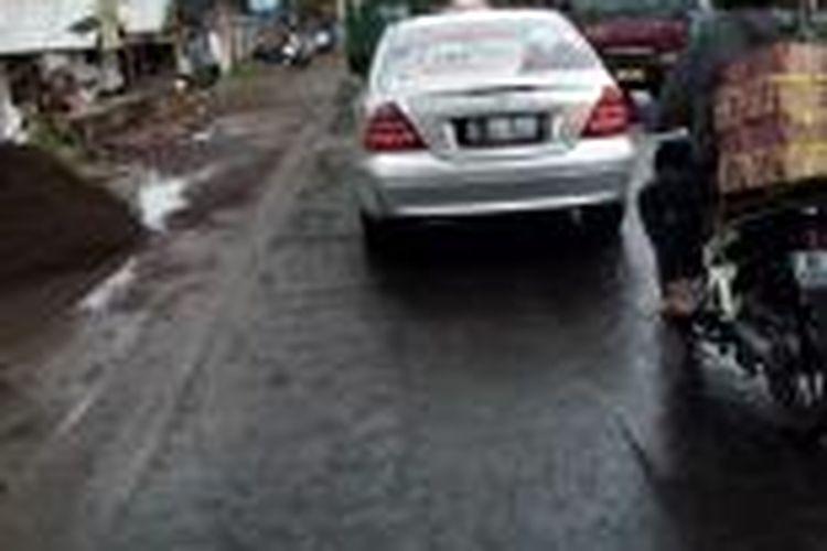 Sebuah mobil dinas bernomor polisi D 88 PN dipasangi poster salah satu calon legislatif DPRD Kota Tasikmalaya saat melintas di Jalan Raya Singaparna, Kabupaten Tasikmalaya, Jumat (20/12/2013).