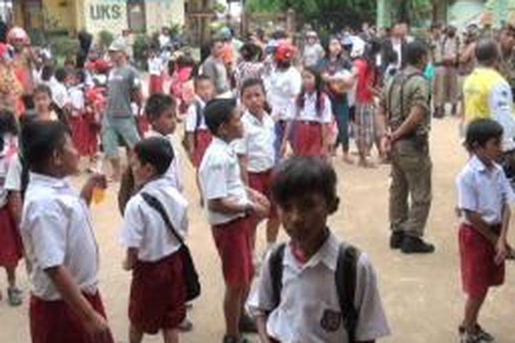 Tolak pergantian kepala sekolah, siswa SD Wangkanapi Kota Baubau, mogok belajar. Mereka terlihat berkeliaran di halaman sekolah, orangtua siswa juga ikut protes.