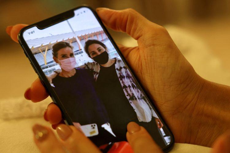 Foto pada Senin (21/6/2021) yang tampaknya Putri Latifa (kanan) bersama wanita diidentifikasi sebagai Sioned Taylor, mantan Angkatan Laut Kerajaan Inggris, sedang berada di bandara Madrid dan diunggah oleh akun Instagram tak terverifikasi. Ini adalah foto Putri Latifa terbaru dari serangkaian gambar setelah PBB meminta bukti anak Syekh Dubai itu masih hidup.