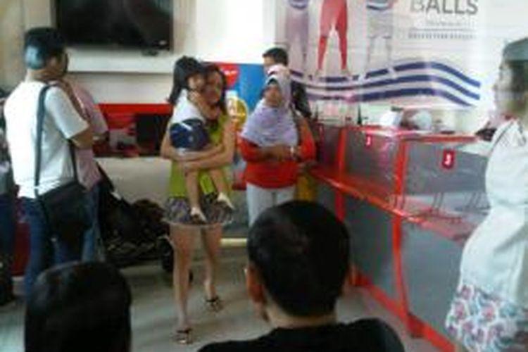 Gerai penjualan tiket Air Asia dipenuhi calon penumpang.