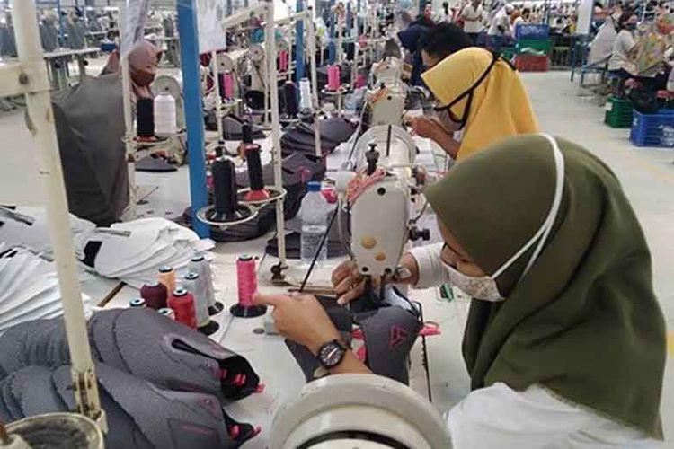 Pabrik sepatu Aerostreet di Desa Bentangan, Kecamatan Wonosari, Klaten berhasil mempertahankan 800 pekerja serta memberikan hak, seperti gaji hingga tunjangan hari raya (THR).
