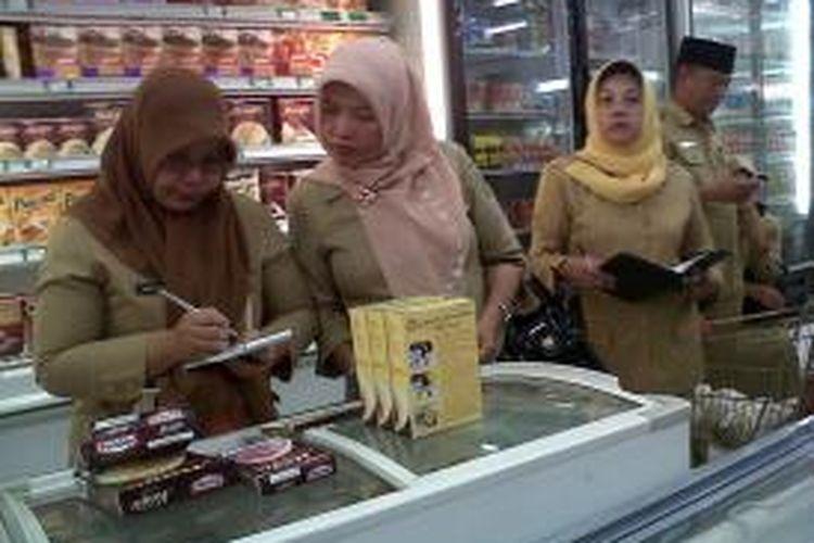 Dinas Perindustrian dan Perdagangan Kota Gorontalo melakukan pendataan atas beberapa produk makanan yang mendekati batas masa kadaluwarsa.