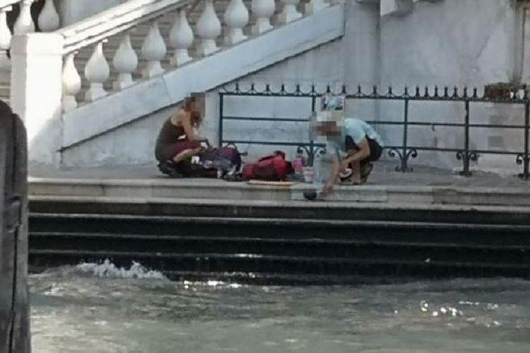Sepasang turis asal Jerman ketika ketahuan membuat kopi di tepi salah satu jembatan tertua di Grand Canal Venesia. Dua turis itu kemudian didenda hingga Rp 14 juta dan diusir dari Venesia.