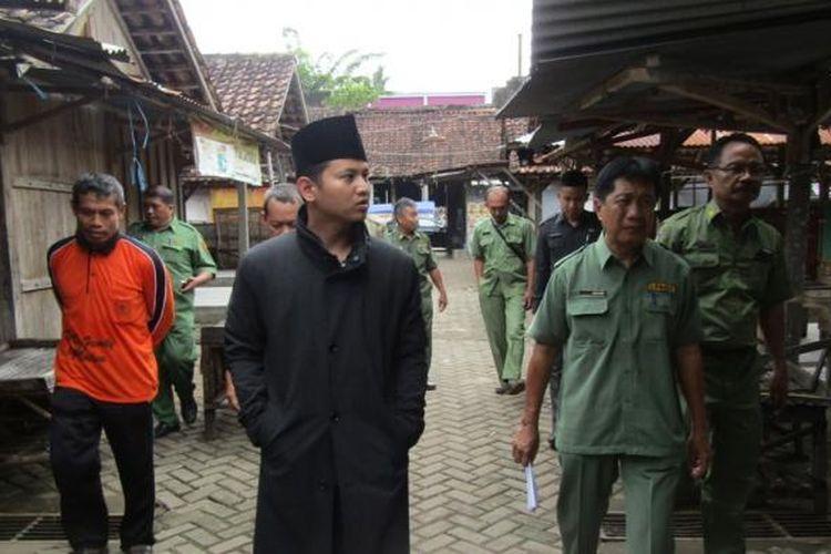 Wakil Bupati Trenggalek Muchammad Nur Arifin (tengah) meninjau lokasi pasar tradisional Kecamatan Bendorejo, Trenggalek, Jawa Timur, Senin (6/2/2017).