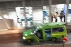 Sopir Angkot Ganti Ban di Jalur Transjakarta Kalideres Jadi Tontonan