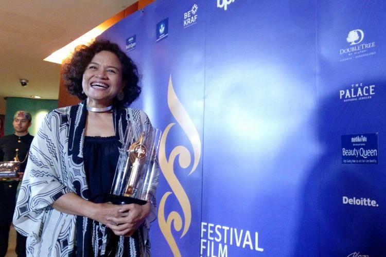 Mira Lesmana mewakili RAN meraih penghargaan Pencipta Lagu Tema Terbaik Piala Citra 2018 lewat film Kulari Ke Pantai di Taman Ismail Marzuki, Cikini, Jakarta Pusat, Minggu (9/12/2018).