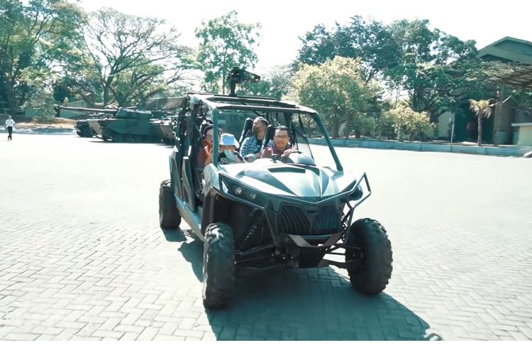 Keluarga Anang Hermansyah tengah mencoba kendaraan taktis militer buatan PT Pindad yang bernama Maung.
