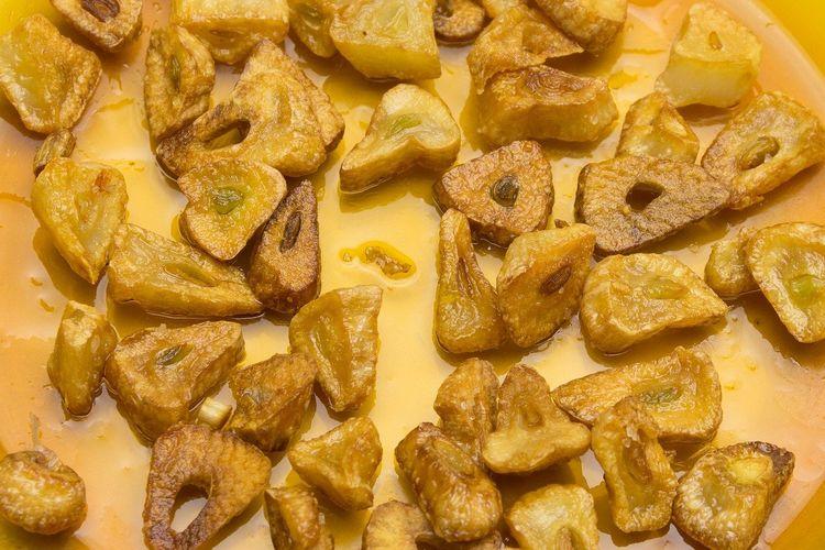 Ilustrasi bawang putih goreng.