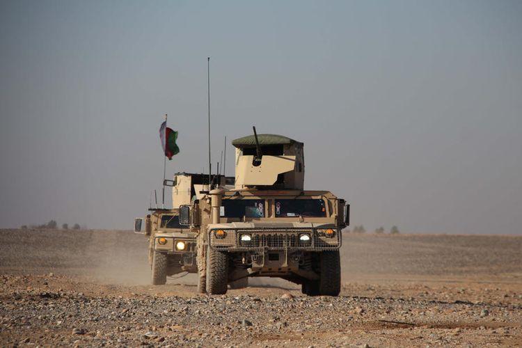 Petugas keamanan Afghanistan berpatroli di Helmand, Afghanistan, pada 4 Maret 2020.