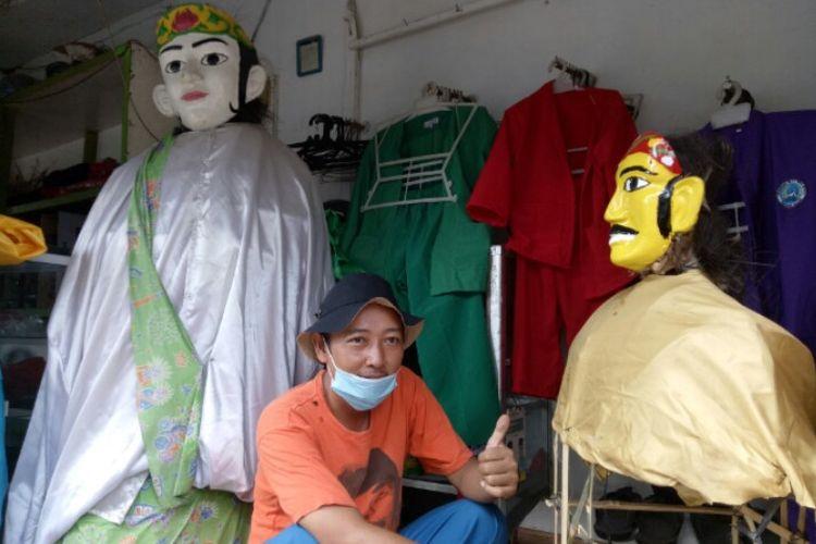 Jaka (39), perajin ondel-ondel kebanjiran pesanan jelang HUT DKI Jakarta ke-494 yang jatuh pada 22 Juni. Jaka tengah sibuk membuat pesanan di tempatnya yang berlokasi di di Jalan KH Dewantara, Gang Al Barkah, Ciputat, Tangerang Selatan.