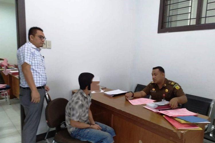 Polisi menyerahkan Zul, tersangka dalam kasus penyebaran foto bugil mantan pacarnya berinisial M, ke Kejaksaan Negeri Lhoksukon, Kabupaten Aceh Utara, Aceh, Rabu (29/5/2019) malam.