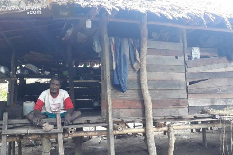 Benediktus Mbari, tokoh penting dibalik penyelamatan Kopral Margono pada tahun 1961 silam. Mbari masih tinggal di sebuah rumah reot di Kampung Webi, Distrik Rasie, Teluk Wondama