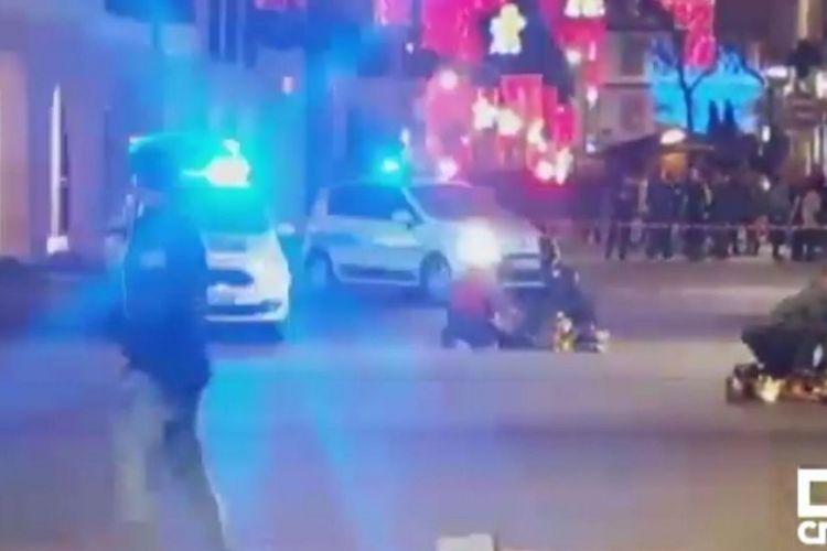 Polisi berjaga di lokasi penembakan di pasar Natal Strasbourg, Perancis, pada Selasa (11/12/2018).