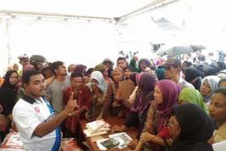 Ratusan ibu berdesak-desakan untuk mendapatkan gula pasir yang dijual dengan harga murah dalam pasar murah yang diselenggarakan Dinas Perindustrian dan Perdagangan Maluku di kawasan Lapangan Merdeka Ambon, Selasa (31/5/2016).
