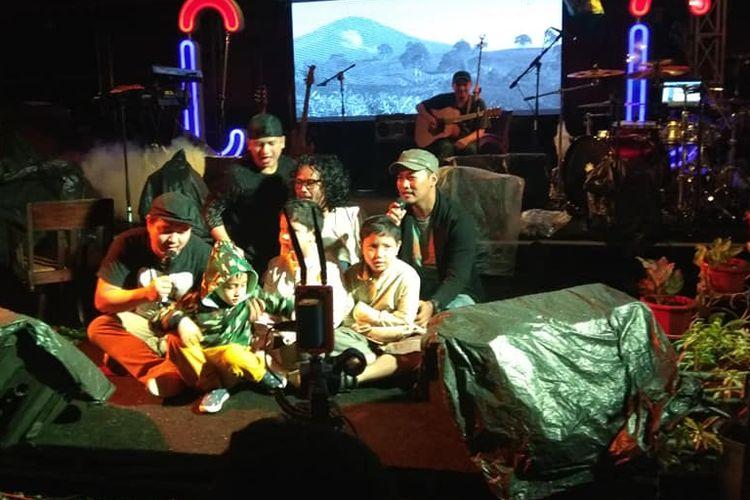 Kelompok musik Hutan Tropis usai launching album 3500 HZ di Bingen Cafe, Palembang, Jumat 31 Agustus 2018.